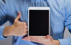 Mens die in blauw overhemd witte tabletpc houden stock afbeeldingen