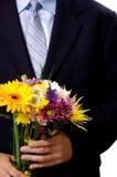 Mens die bloemen voorstelt stock afbeeldingen