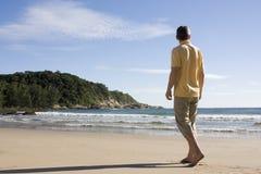 Mens die blootvoets op een tropisch strand loopt Royalty-vrije Stock Foto