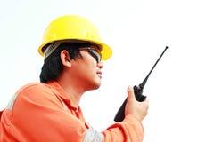 Mens die in bouwvakker walkie-talkie met behulp van Stock Fotografie