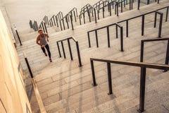 Mens die boven in de stad lopen Stock Afbeelding