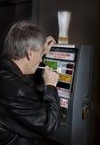 Mens die breathalyzer test neemt Stock Fotografie