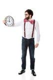 Mens die bretels dragen die grote klok houden Stock Foto