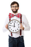 Mens die bretels dragen die grote klok houden Royalty-vrije Stock Foto's