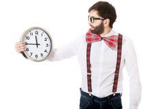 Mens die bretels dragen die grote klok houden Stock Fotografie
