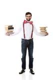 Mens die bretels met stapel boeken dragen royalty-vrije stock afbeelding