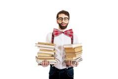Mens die bretels met stapel boeken dragen stock afbeelding
