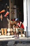 Mens die buiten muzikale instrumentenwinkel wordt gezeten Royalty-vrije Stock Fotografie