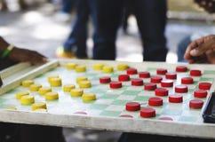 Mens die Chinese controleurs in de straten spelen stock afbeelding