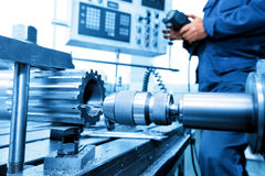 Mens die CNC boor en boring machine in werking stellen Industrie Stock Foto