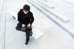 Mens die computer met behulp van openlucht Royalty-vrije Stock Afbeelding