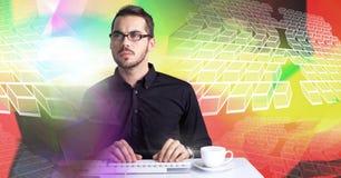 Mens die computer met kleurrijke geometrische overgang met behulp van royalty-vrije stock fotografie