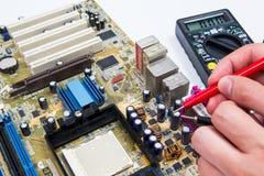 Mens die computerhardware herstellen Stock Afbeelding