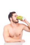 Mens die cuffe zonder overhemd drinken stock afbeelding