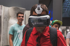Mens die 3D hoofdtelefoon proberen in Expo 2015 in Milaan, Italië Stock Foto