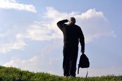mens die de afstand onderzoeken tegen de hemel stock foto's