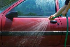 Mens die de auto wast Stock Afbeeldingen