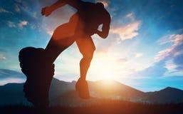 Mens die in de bergen lopen vector illustratie