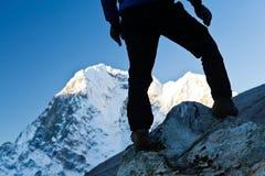Mens die in de Bergen van Himalayagebergte wandelt Stock Foto's