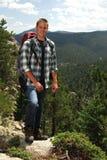 Mens die in de bergen wandelt Royalty-vrije Stock Foto