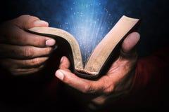 Mens die de Bijbel houdt royalty-vrije stock afbeeldingen