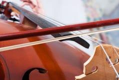 Mens die de cello speelt Stock Afbeeldingen