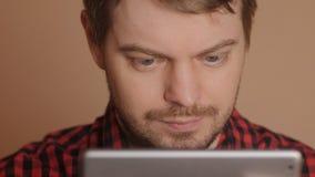 Mens die de Computer van de Tablet met behulp van stock video