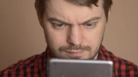 Mens die de Computer van de Tablet met behulp van stock videobeelden