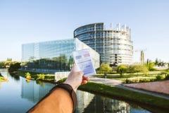 Mens die de Franse kaart Carte Electorale van de kiezersregistratie houden met Royalty-vrije Stock Foto