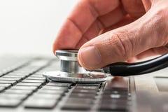 Mens die de gezondheid van zijn laptop computer controleren Stock Afbeeldingen