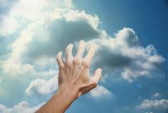 Mens die de hemel proberen te bereiken stock fotografie