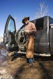 Mens die de Hoed van de Cowboy met Lasso en Vrachtwagen draagt royalty-vrije stock foto