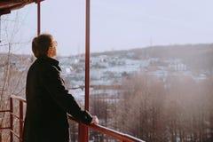 Mens die de horizon bekijkt stock foto's