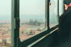 Mens die de horizon van Praag van het het bekijken platformvenster bekijken Stock Foto's