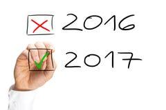 Mens die de jaardatum voor 2017 tikken Stock Foto