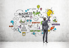 Mens die de kleurrijke schets van het businessplan trekken stock afbeelding