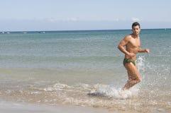 Mens die in de kust loopt Royalty-vrije Stock Afbeelding