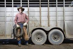 Mens die de Lasso van de Holding van de Hoed van de Cowboy draagt stock foto