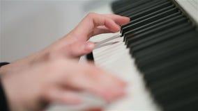 Mens die de piano spelen stock videobeelden