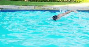 Mens die in de pool zwemmen stock video
