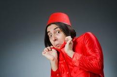 Mens die de rode hoed van Fez dragen Stock Foto
