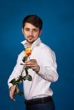 Mens die de rode rozen geven stock fotografie