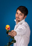 Mens die de rode rozen geven royalty-vrije stock foto's