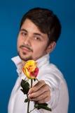 Mens die de rode rozen geven. Sluit omhoog portret. stock foto's