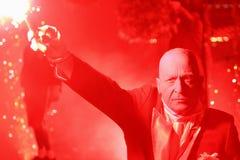 Mens die de rode stok van de vuurwerkkaars houdt Stock Afbeelding