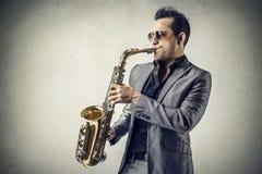 Mens die de saxofoon speelt Stock Afbeelding