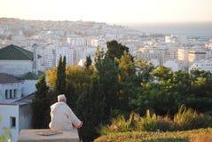 Mens die de stad van een heuvel bekijken Stock Foto