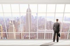 Mens die de stad van New York bekijken Royalty-vrije Stock Fotografie