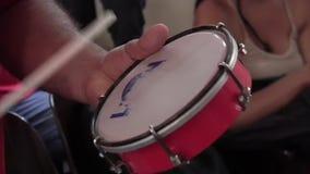 Mens die de tamboerijn spelen stock videobeelden