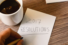 Mens die de tekst 2017 resoluties schrijven Stock Fotografie